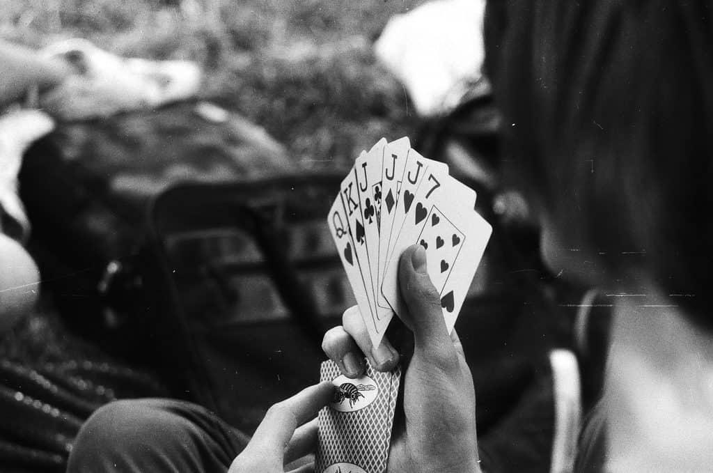 Deja de mirar al otro, juega bien tus cartas - Foto de Mitya Ku